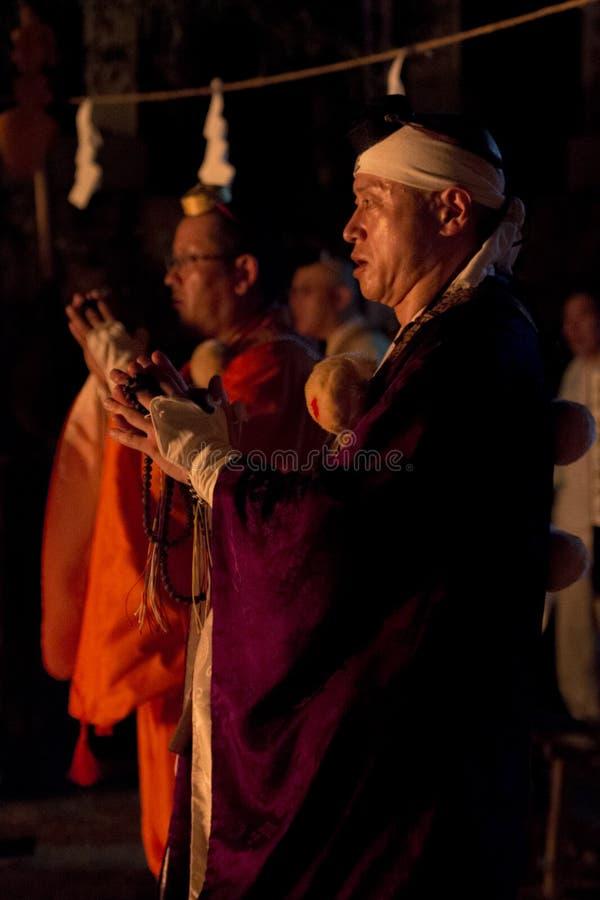 Tanukidanisan Fudo-en el ritual de Hiwatari del templo foto de archivo