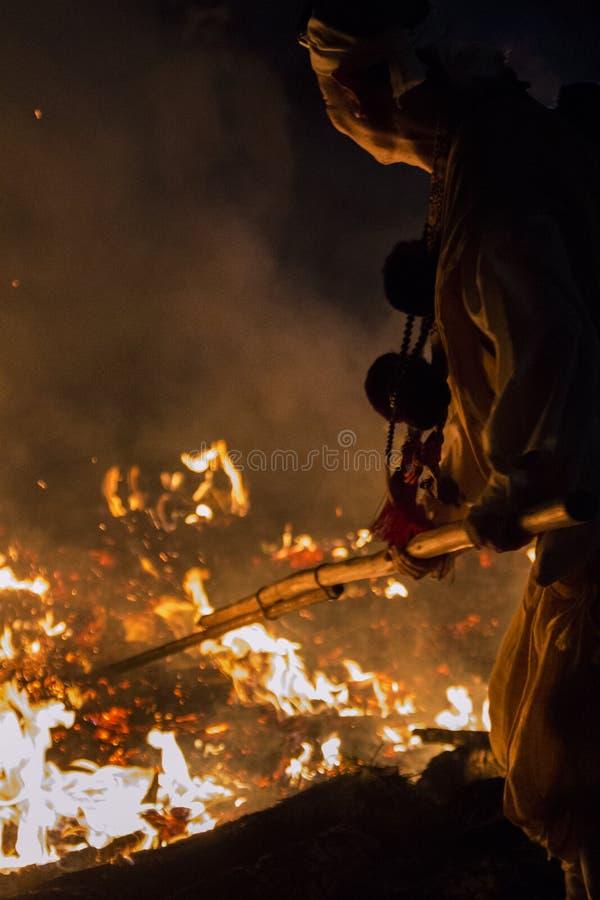 Tanukidanisan Fudo-en el ritual de Hiwatari del templo imagenes de archivo