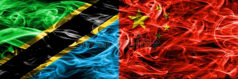 Tanzânia contra China, bandeiras chinesas do fumo colocadas de lado a lado Bandeiras de seda coloridas grossas do fumo do tanzani ilustração do vetor