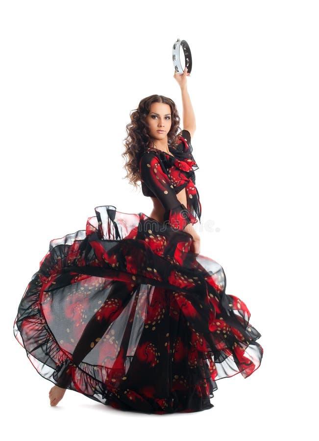 Tanz der jungen Frau im Zigeuner mit Tambourine stockfotografie