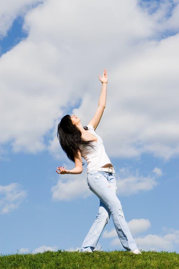 Tanz der recht jungen Frau auf Gras lizenzfreies stockbild