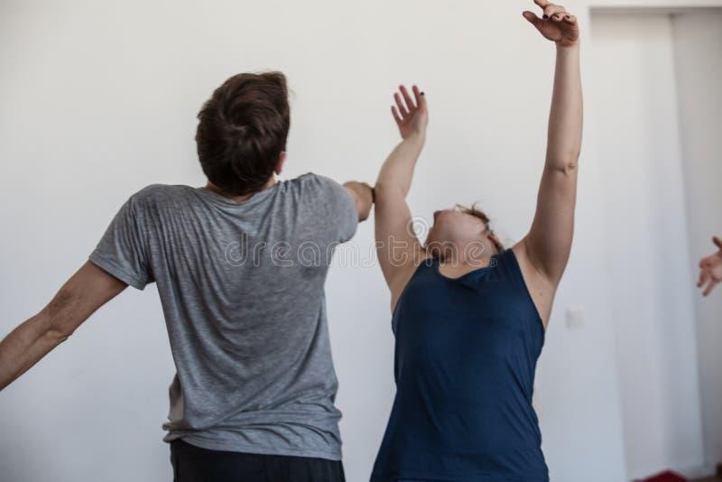 Tanz handdancers improvisieren auf Stautänzerkontakt lizenzfreies stockbild