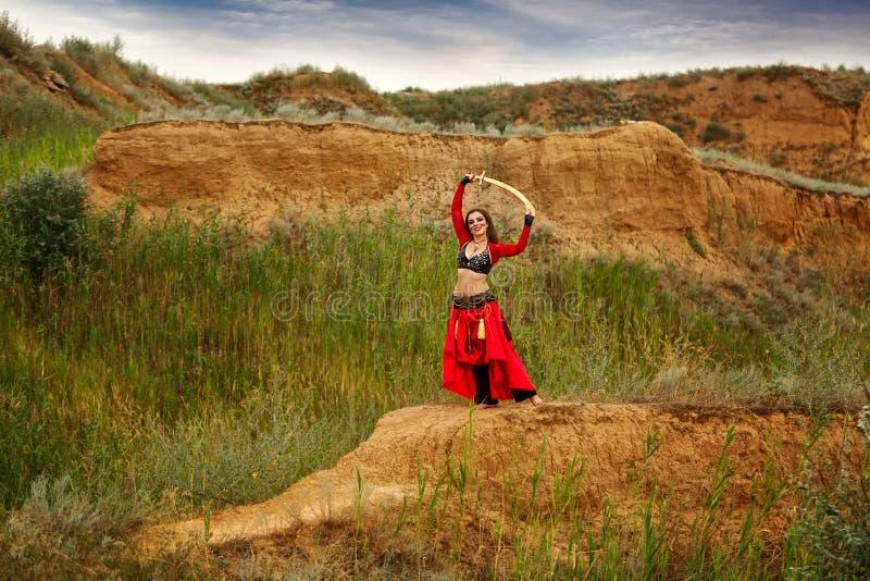Tanz mit einer Klinge Stammes- Art stockbild