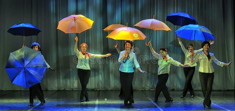 Tanz mit Regenschirmen lizenzfreies stockfoto