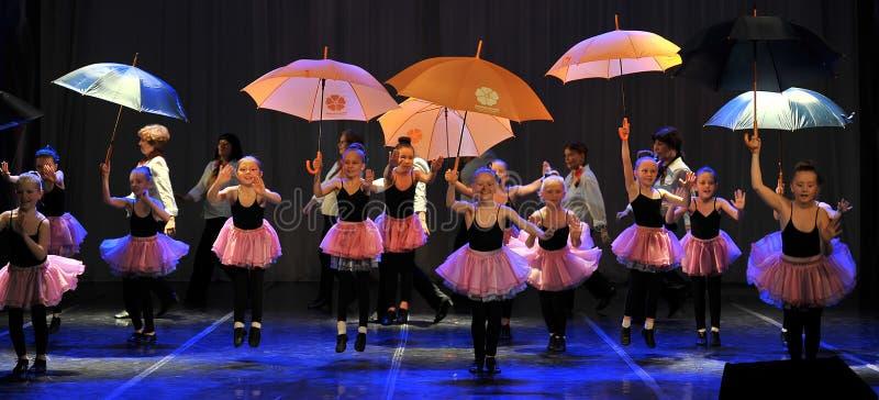 Tanz mit Regenschirmen stockfotos