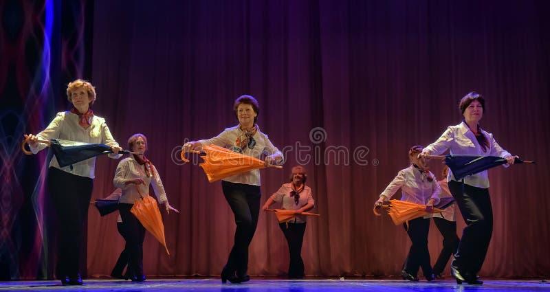 Tanz mit Regenschirmen lizenzfreie stockfotografie