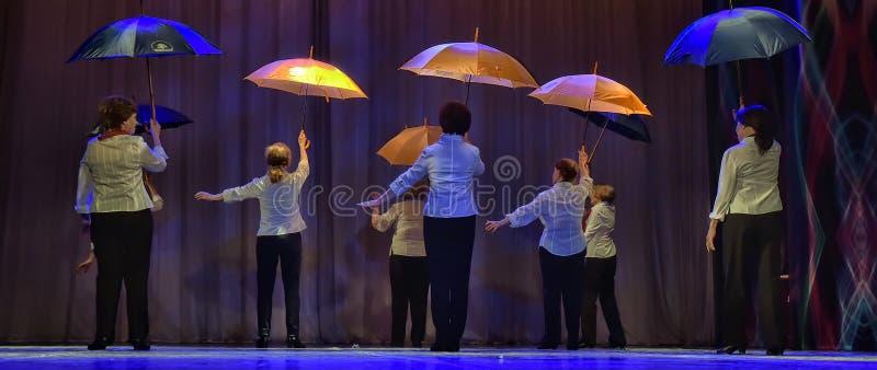 Tanz mit Regenschirmen stockbilder
