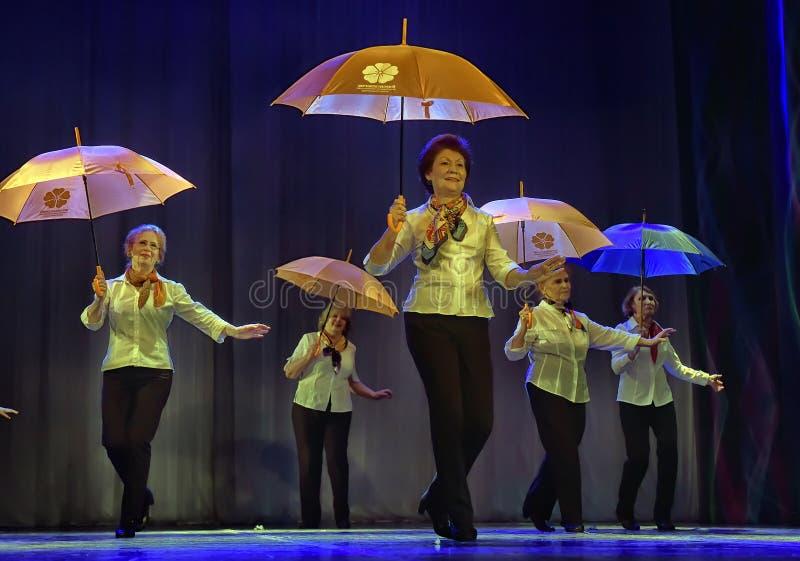 Tanz mit Regenschirmen stockfoto