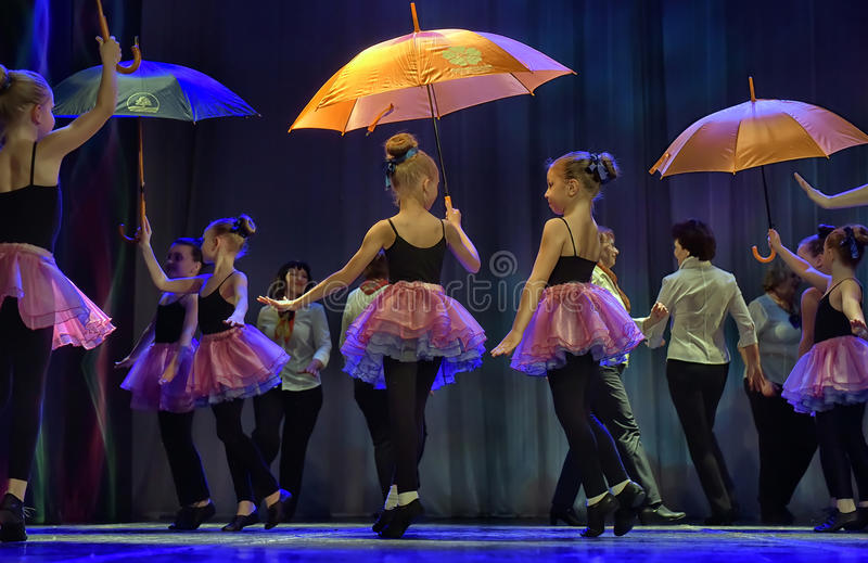 Tanz mit Regenschirmen stockfotografie