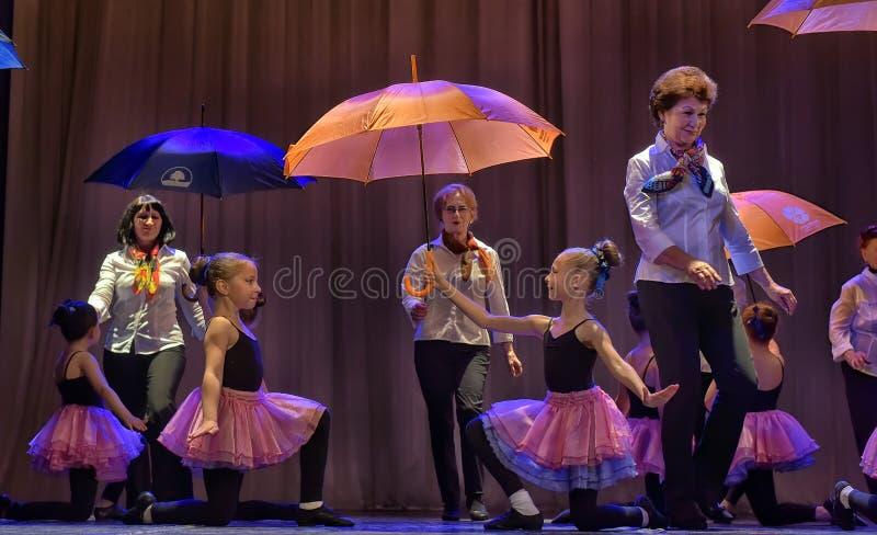 Tanz mit Regenschirmen lizenzfreie stockfotos