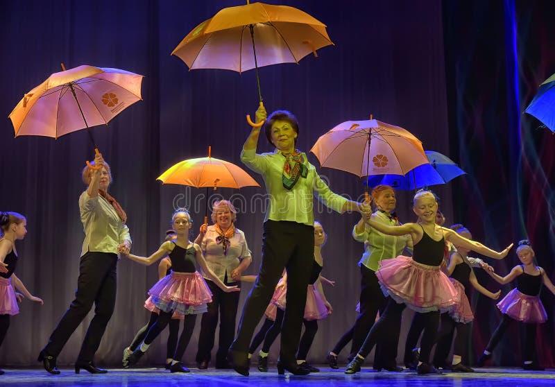 Tanz mit Regenschirmen stockbild