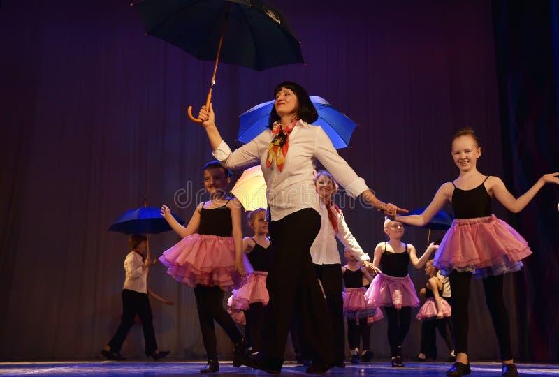 Tanz mit Regenschirmen lizenzfreie stockbilder