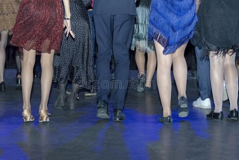 Tanz vieler Leute auf dem Tanzboden, Disco lizenzfreies stockfoto