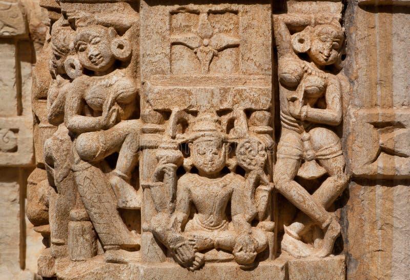 Tanz von Frauen nahe Lakshmi-Göttin auf Wand des traditionellen hindischen Steintempels lizenzfreies stockbild