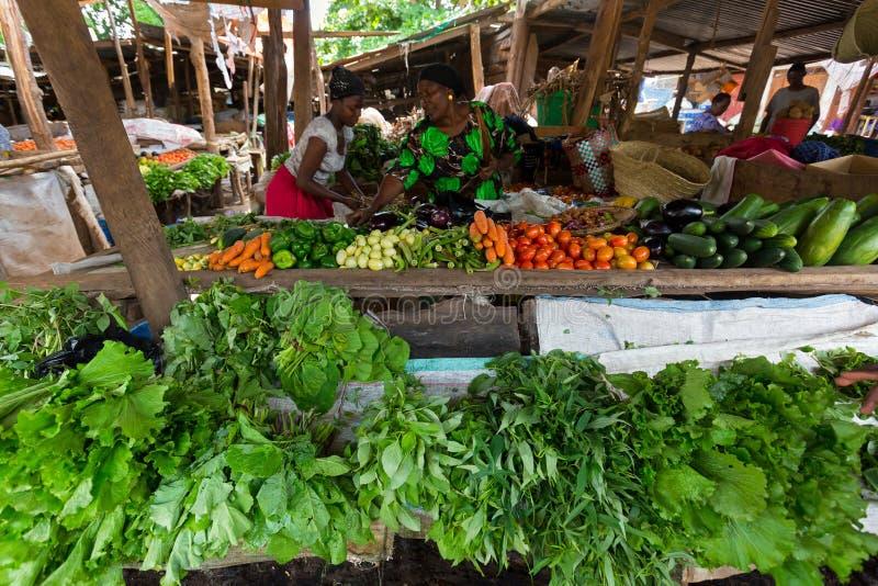 Tanzańskie kobiety sprzedaje świeżych lokalnych warzywa przy Mto wa Mbu wioską, Arusha region, Tanzania, Afryka Wschodnia zdjęcia stock