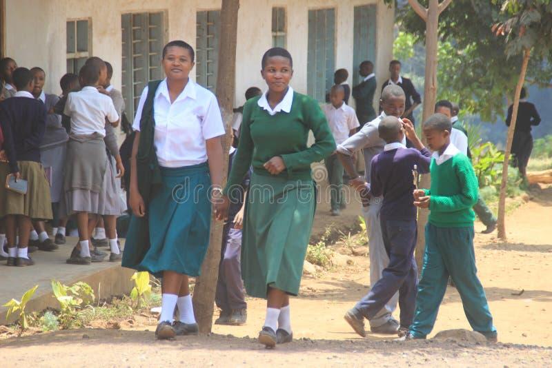 Tanzaniska studenter för offentlig högstadium i skolalikformig ler arkivbild