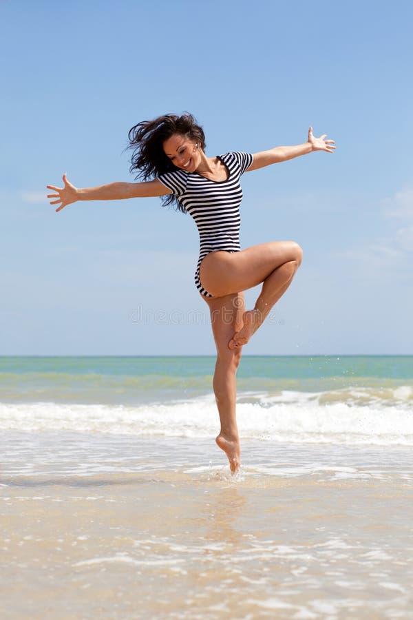 Tanzen auf den Strand lizenzfreie stockfotografie