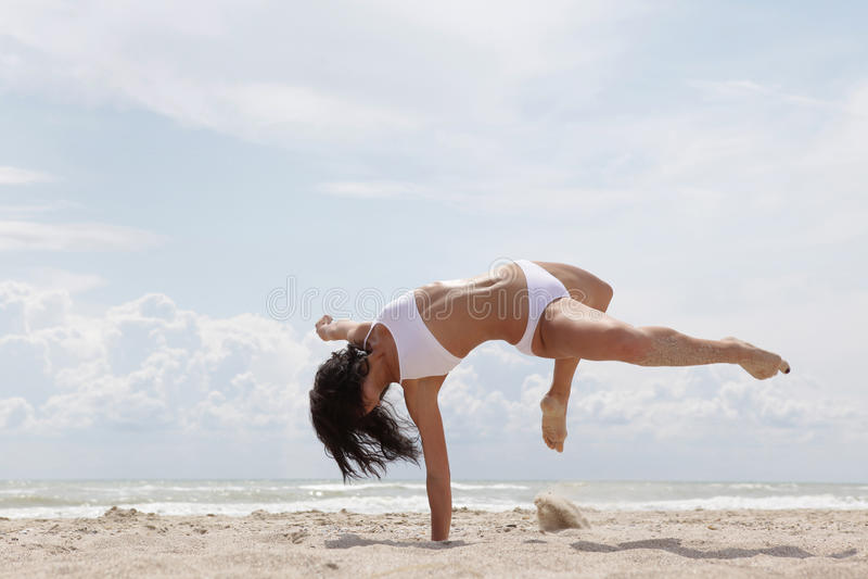 Tanzen auf den Strand stockfotos