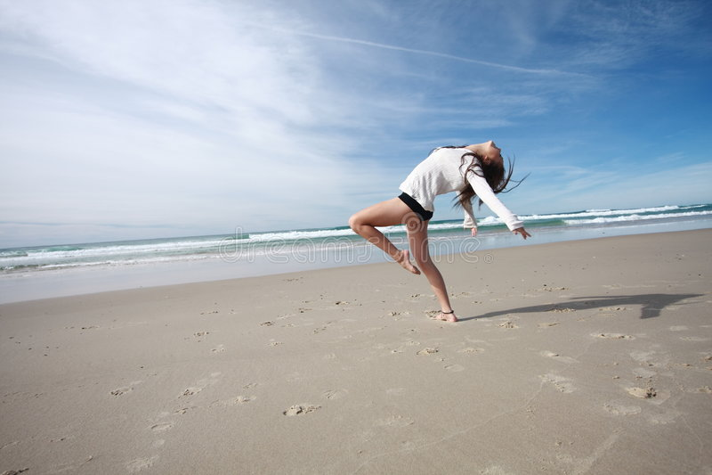 Tanzen auf den Strand lizenzfreies stockbild