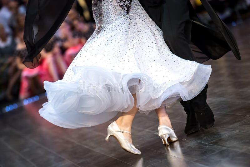 Tanzen beschuht Füße und Beine des weiblichen und männlichen Paarballsaals lizenzfreie stockbilder