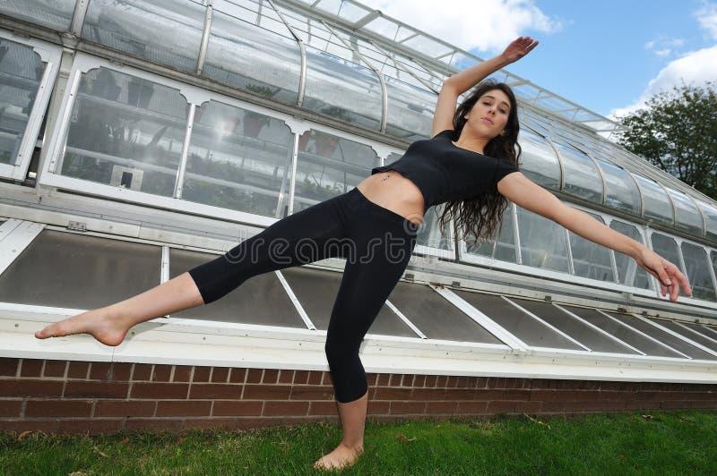 Tanzen in den Garten lizenzfreie stockfotos