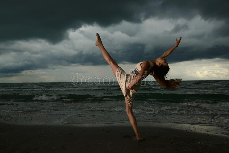 Tanzen der jungen Frau auf einem Strand lizenzfreies stockbild