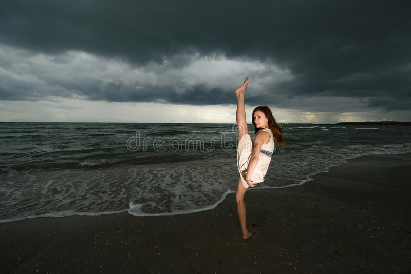Tanzen der jungen Frau auf einem Strand lizenzfreie stockbilder