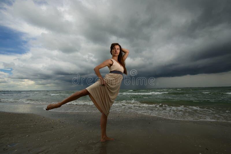 Tanzen der jungen Frau auf einem Strand stockbild