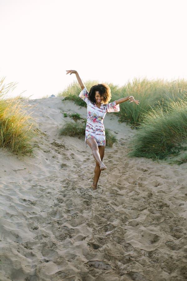 Tanzen der jungen Frau des Spaßes am Strand stockfotografie