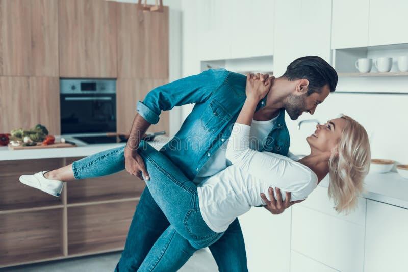 Tanzen des glücklichen Paars in der Küche Romantisches Verhältnis stockfotos