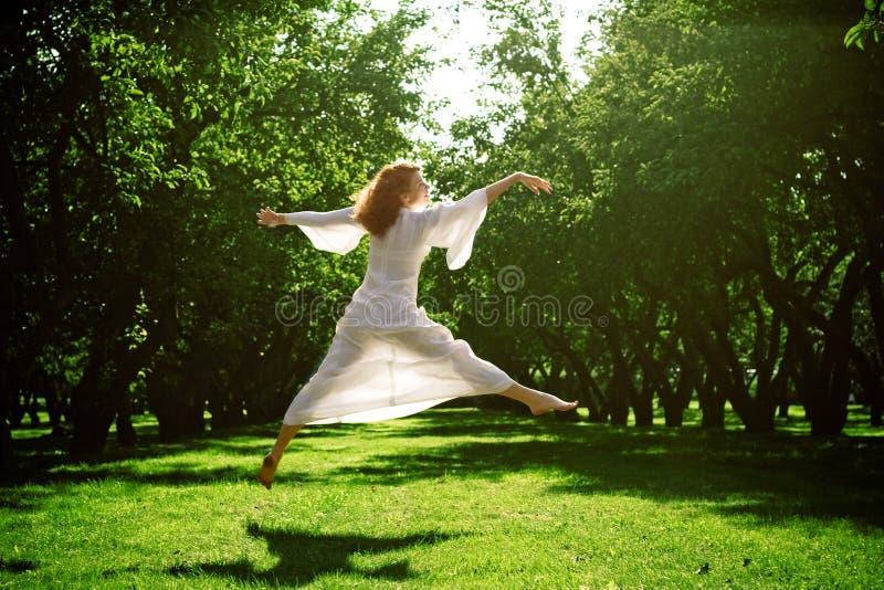 Tanzen des jungen Mädchens im Garten lizenzfreie stockbilder