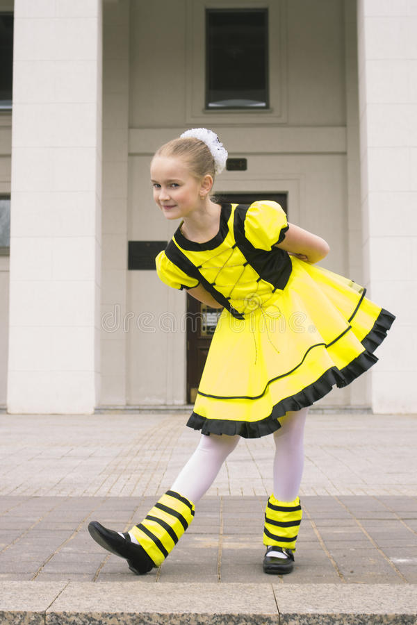 Tanzen des kleinen Mädchens im Bienenkostüm lizenzfreie stockfotos