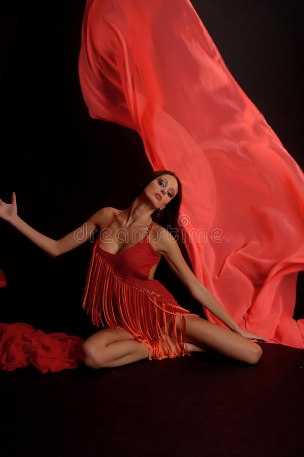 Tanzen-Frau, Fliegen-Rot-Stoff lizenzfreie stockfotografie