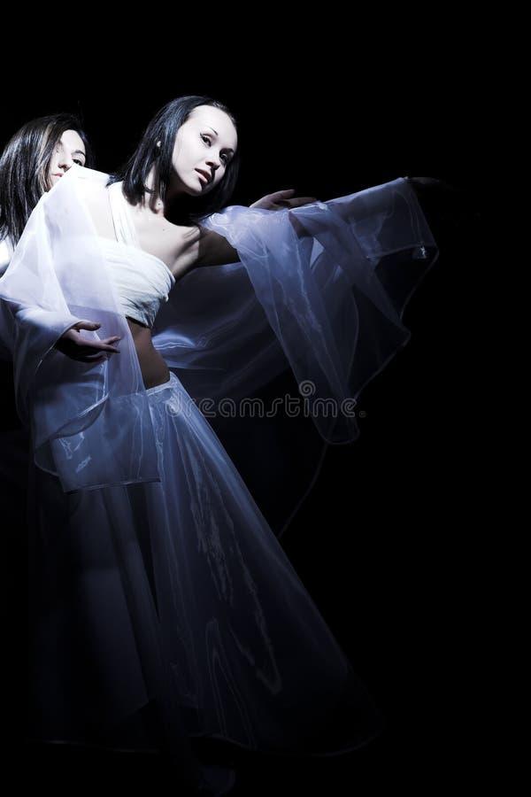 Tanzen in Halbdunkel lizenzfreies stockbild