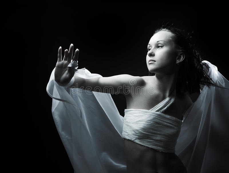 Tanzen in Halbdunkel lizenzfreie stockfotos