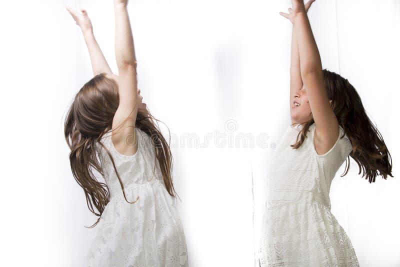 Tanzen mit zwei kleinen Mädchen lizenzfreie stockfotos