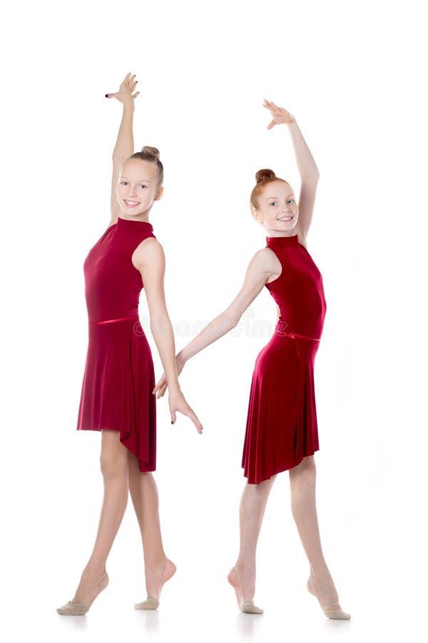 Tanzen mit zwei schönes Mädchen lizenzfreies stockbild