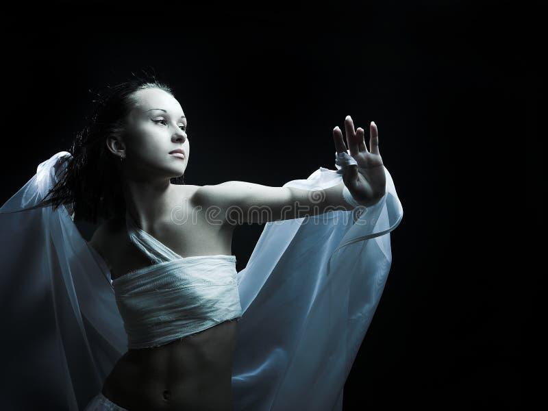 Tanzen in Semidarkness lizenzfreies stockfoto