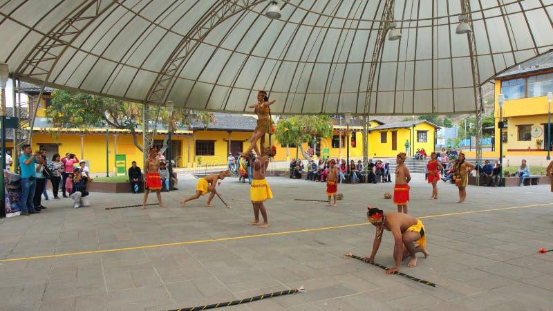 Tanzen Sie die Gruppe, die nahe traditionellen Tanz des Ekuadorianers Amazonas in dem turistic Mitte Ciudad Mitad Del Mundo der S stockfoto