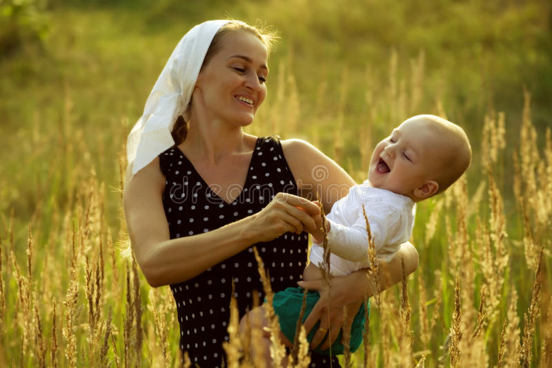 Tanzen Sie die Mama und den Sohn stockfoto