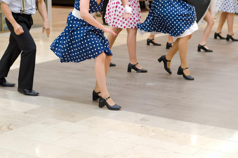 Tanzen Sie Gruppe in der Weinlesekleidung, die auf Marmor tanzt lizenzfreie stockfotos