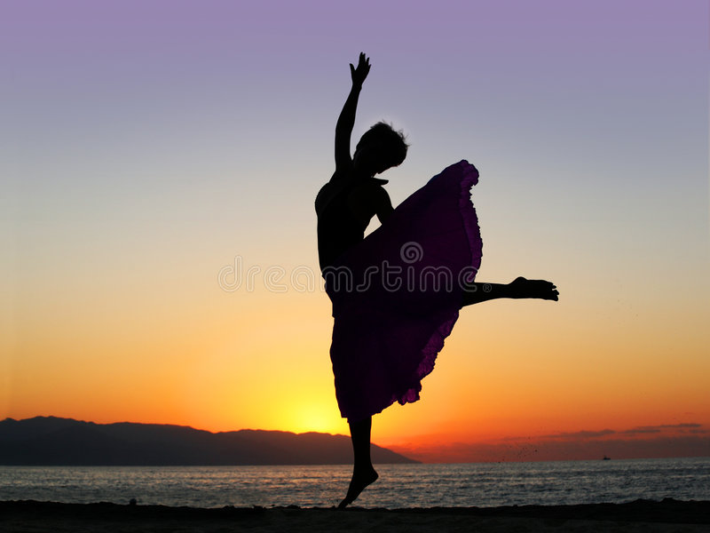 Tanzen am Sonnenuntergang stockbild