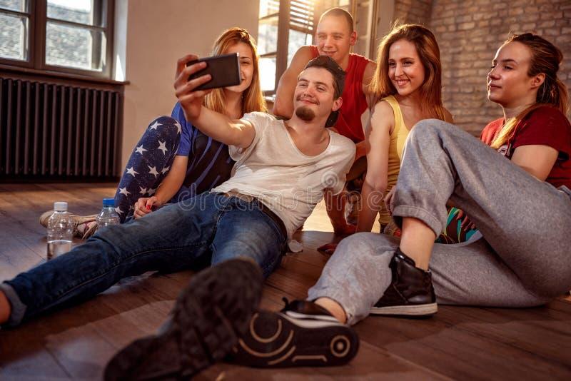 Tanzen, Sport und städtisches Kulturkonzept - Gruppe lächelndes danc stockfotografie