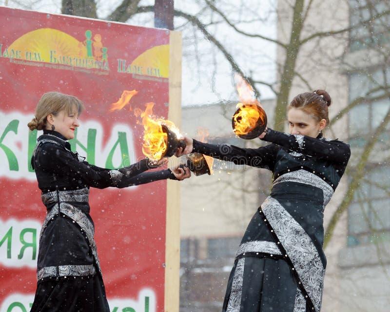 Tanzen und Bremsungen mit Feuer lizenzfreie stockfotos