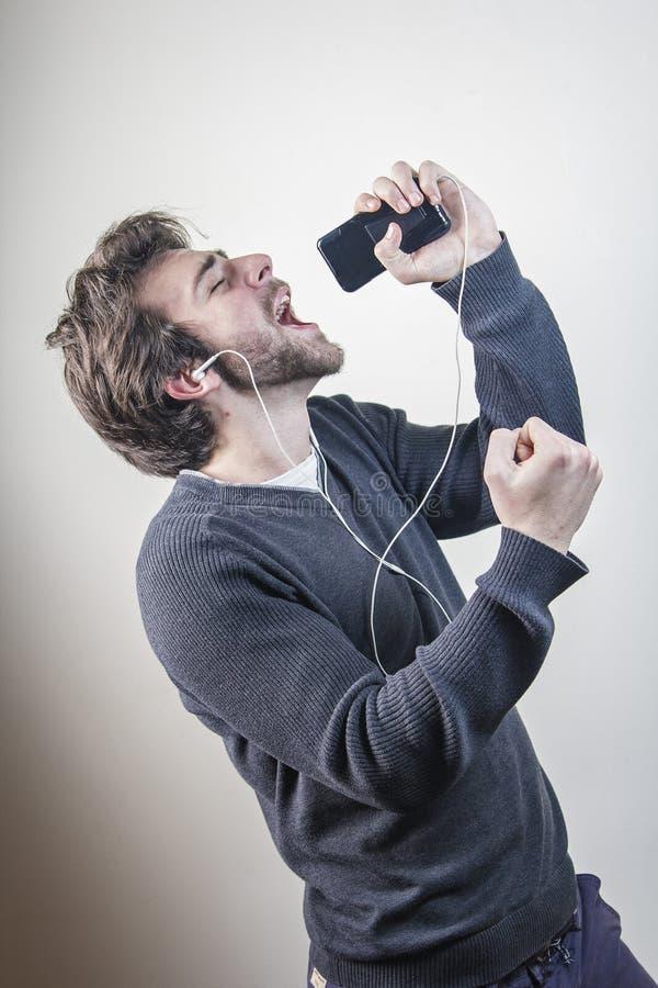 Tanzen und Gesang zu seiner Lieblingsmelodie lizenzfreie stockbilder