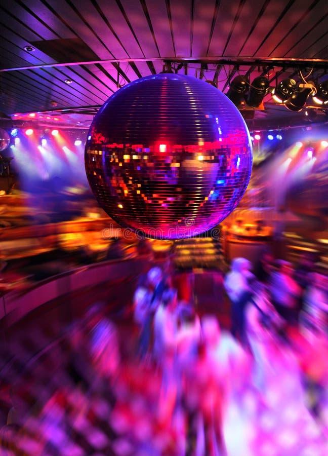 Tanzen unter Discospiegelkugel stockfoto