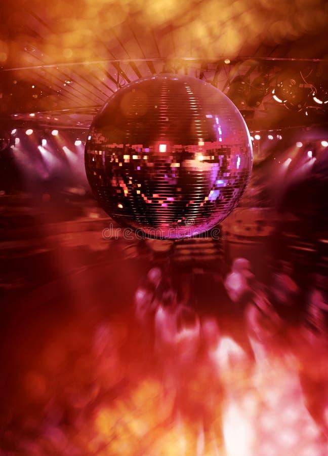 Tanzen unter Discospiegelkugel lizenzfreies stockfoto