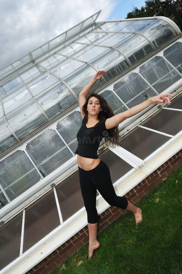 Tanzen vor dem grünen Haus stockfotos
