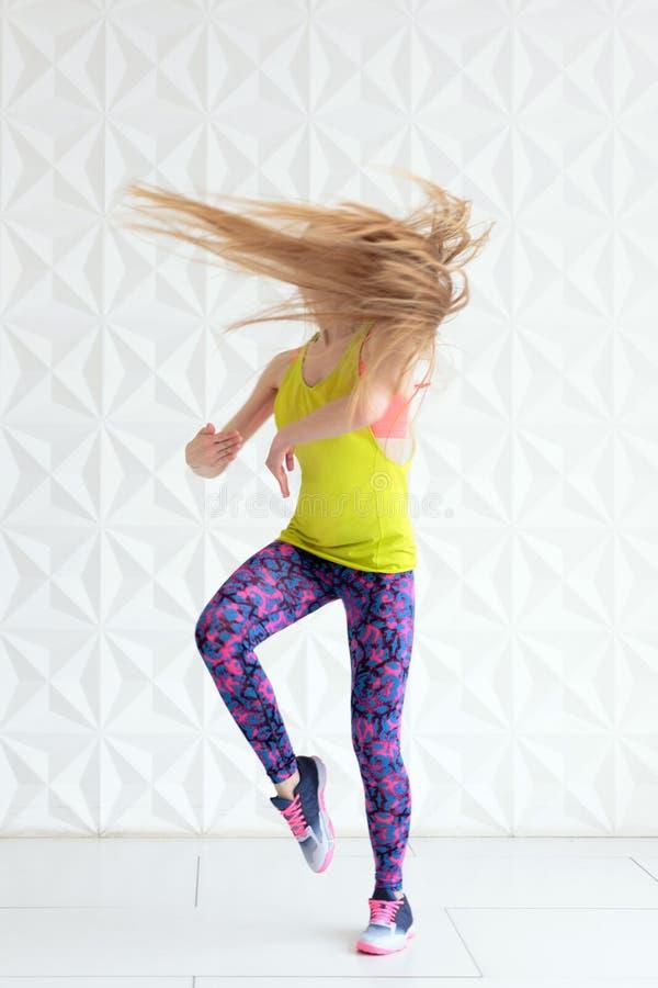 Tanzende Frau mit dem schönen langen Haar in der Bewegung stockfoto
