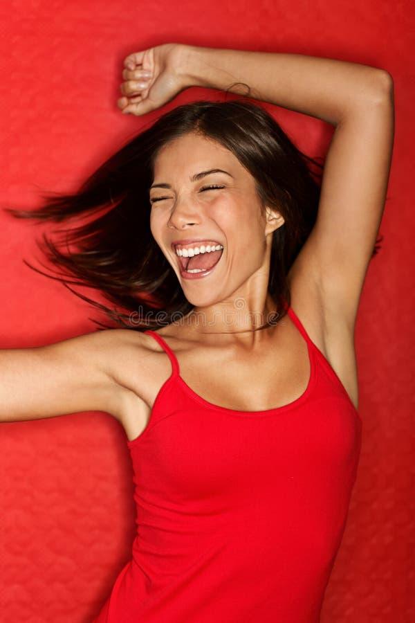 Tanzende glückliche Frau im Rot stockfoto
